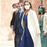 Am Welttag des Buches wirft sich Königin Letizia wieder einmal in Schale. Sie trägt ein dunkelblaues Kleid von Massimo Dutti, dazu High Heels von Magrit und einen Mantel ihres Lieblingsdesigners Felipe Varela. Mit diesem Look beweist Letizia wieder einmal, ein Kleid muss keine Unsummen kosten, um elegant und wertig auszusehen.