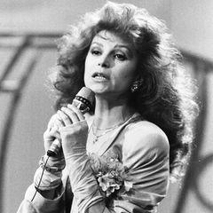 """23. April 2021: Milva (81 Jahre)  Trauer um die italienische Sängerin: Milva, deren unverkennbares Markenzeichen ihr feuerrotes Haar war, ist in Mailand gestorben.Zu ihren bekanntesten Liedern gehört der Schlagerklassiker """"Hurra, wir leben noch"""". Traurige Ironie, aber nun unvergesslich."""