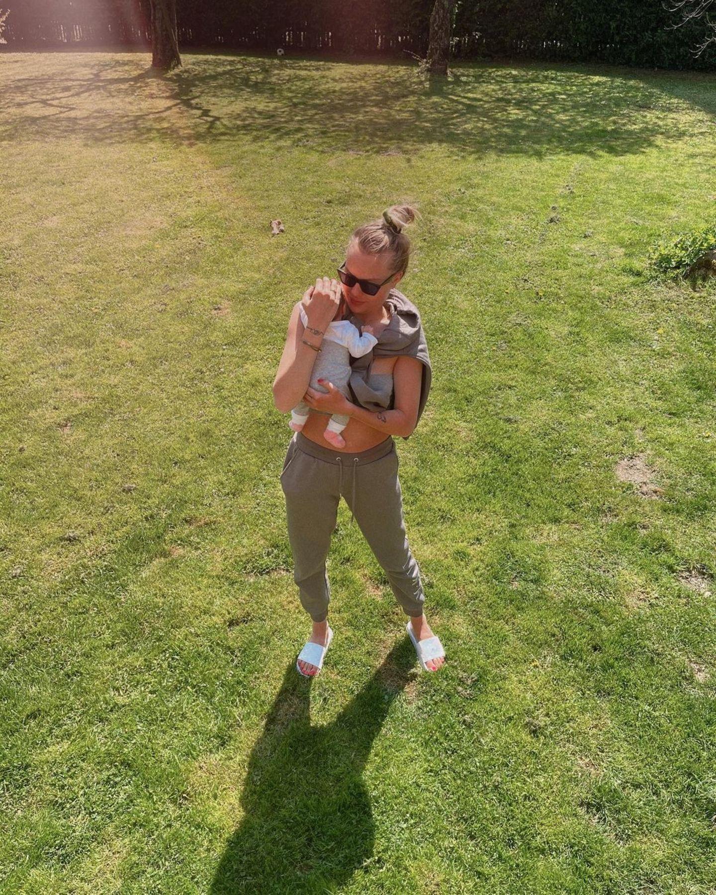 25. April 2021  Die junge Mami Cheyenne Ochsenknecht macht es genau richtig: Sie genießt die Sonntagssonne mit Töchterchen Mavie ganz nah angekuschelt auf ihren Arm. Liebevoll und idyllisch!