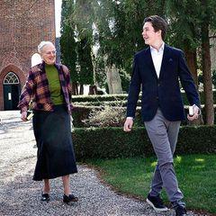 25. April 2021  Prinz Christian und seine Großmutter sindbeim sonntäglichen Kirchgang zurAsminderød-Kirche in der Nähe von Fredensborg außerordentlich gut gelaunt. Und das nicht ohne Grund, schließlich bereitet sich der 15-jährigePrinz auf seine Konfirmation in der Fredensborger Schlosskirche am 15. Mai vor. Besuche verschiedener Kirchen gehören dazu, und wenn die Königin selbst mitkommt, ist die Vorbereitung auf seinen großen Tag eine noch größere Freude.