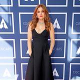 Isla Fisher trägt einlanges Schwarzes von Dior mit tiefem Ausschnitt. So kommt ihr funkelnder Schmuck perfekt zur Geltung.