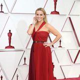In edlem Rot (Christian Dior) und Bulgari-Schmuck zeigt sich Reese Witherspoon auf dem Red Carpet der Oscars 2021.