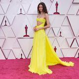 Zendaya trägt eine gelbe Robe von Valentino mit aufregendem Cut-Out. Dazu kombiniert sie Bulgari-Schmuck im Wert von satten 6 Millionen Dollar.