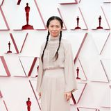 So sehen Sieger aus: Chloé Zhao trägt eine Robe von Hermès.