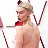Ein hochkarätiges Collier von Cartier schmückt den Rücken der Schauspielerin und sorgt für einen Hingucker.