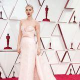 In einer schulterfreien Gucci-Robe mit Cut-Outs und Schleppe begeistert Vanessa Kirby bei den Oscars. Doch nicht nur das Kleid sorgt für Aufsehen ...