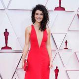 Simpel und ultra chic: Nina Pedrad in engem, leuchtend roten Kleid mit tiefem Mesh-Ausschnitt von Stella McCartney.