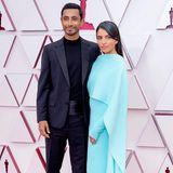 Riz Ahmed und Fatima Farheen Mirza ziehen alle Blicke auf sich. Sie trägt eine schlichte Cape-Robe in Türkisblau von Valentino.