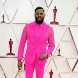 Auch die Männer dürfen nicht fehlen: Colman Domingo trägt einenneonpinkfarbenen Dreiteiler von Atelier Versace.
