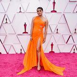 Ariana DeBose ist in ihrer orangefarbenen Robe von Atelier Versace nicht zu übersehen.