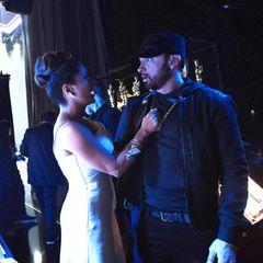 """2020: Backstage-Panne  Im Backstage-Bereich der Oscars treffen Salma Hayek und Eminem zum ersten Mal aufeinander – dabei passiert der Schauspielerin eine Panne und dieses Foto entsteht.Auf Instagram nimmt Hayek dazu Stellung und deutet einen für sie peinlichen Moment an: """"Auf dem Bild sieht es vielleicht so aus, als ob Eminem und ich Freunde wären. Die Wahrheit ist: Als er von der Bühne kam und ich mich darauf vorbereitete auf die Bühne zu gehen, war ich so schockiert ihn zu sehen, dass ich Wasser über ihn schüttete. Wenn ihr in unsere Gesichter schaut, seht ihr, dass ich beschämt gucke und Eminem verängstigt aussieht."""" Für beide nimmtdie Begegnung aber eine positive Wendung, als Hayek versuchte, das Wasser abzuwischen: """"Ich umarmte ihn und habe ihm gesagt: 'Schön, dich kennenzulernen, Eminem –ich bin ein riesiger Fan!'"""""""