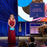 2021: Oscars ohne Moderator  Einen Moderator gibt es bei der 93. Verleihung der Goldjungen nicht. Stattdessen helfen 18 Stars als Präsentatoren mit – darunter Reese Witherspoon, Halle Berryund Brad Pitt.