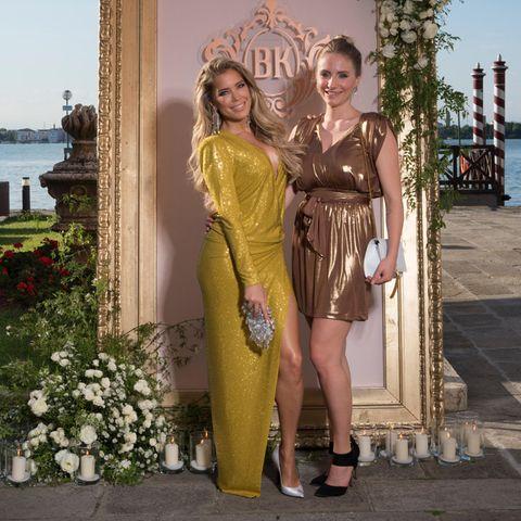 Bei der Hochzeit von Barbara Meier in Venedig trägt Sylvie Meis ein gelb-goldenes Kleid mit sehr hohem Beinausschnitt. Definitiv mal ein etwas anderer Look für einen Hochzeitsgast.