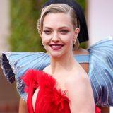 Hochsteckfrisur, rote Lippen, natürlicher Glow – Amanda Seyfrieds Beauty-Look versprüht alten Hollywood-Flair: Glamour pur.