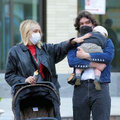 25. April 2021  Schauspielerin Chloë Sevigny spaziert mit Ehemann und Söhnchen durch die Straßen New Yorks. Der Besuch im Park hat den kleinen Vanja sichtlich müde gemacht. Er kuschelt sich in die Arme von Papa Sinisa und lässt sich gemütlich nach Hause tragen.