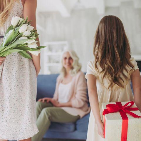 Muttertagsgeschenke-Ideen, Mutter und Tochter mit Geschenk für Mutter/Oma, Geschenk zum Muttertag