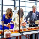 Ganz konzentriert richten Prinzessin Ariane, Prinzessin Alexia und König Willem-Alexander das Essen an. Dank der cleveren Arbeitsaufteilung kann in der kurzen Pause auch schnell gegessen werden.