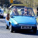 Augen zu und durch – der Fotograf dieser Aufnahme drückt just in dem Moment auf den Auslöser, als König Willem-Alexander blinzelt. Gemeinsam mit Tochter Prinzessin Amalia fährt er in diesem blauen Flitzer zumHigh-Tech-Campus in Eindhoven.