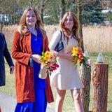 Weiter gehts! Mit bunten Blumensträußen in den Händen laufen Prinzessin Ariane und Prinzessin Alexia in Richtung des Campus-Gebäudesin Eindhoven.