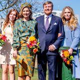Welch ein strahlendes Fünfergespann! Für ein gemeinsames Familienfoto am Königstag posieren König Willem-Alexander und Königin Máxima zusammen mit ihren drei Töchtern vor dem Campus-Gebäude.