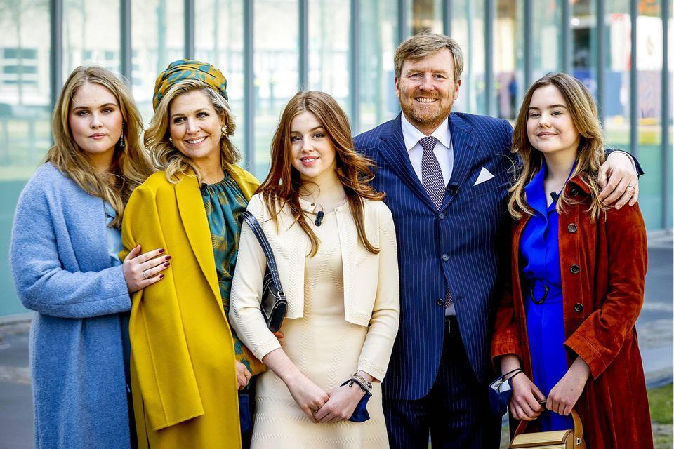 Seinen 54. Geburtstag wird König Willem-Alexander bestimmt nicht vergessen. Und seine wohl wertvollsten Geschenke hält er bereits fest in seinen Armen: Máxima, Amalia, Alexia und Ariane.