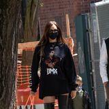 Irina Shayk erregt in New York nicht nur mit ihrenlangen Beinen in Overknee-Stiefeln Aufmerksamkeit, sondern auch mit einem Pulli. Darauf zu sehen: Der kürzlich verstorbene Rapper DMX, der erst vor wenigen Tagen beigesetzt wurde.