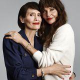 Die Ähnlichkeit von Mutter und Tochter sind auf diesem Foto unverkennbar. Liebevoll halten sich Helena Christensen und Mama Elsa darauf in den Armen. Neben ihrer großen Zuneigung zueinander teilen sie offensichtlich auch die Liebe für roten Lippenstift, rote Nägel und funkelnden Schmuck.