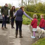 27. April 2021  Prinz William und Herzogin Catherine werden bei ihrem Besuch derManor Farm in Durham herzlich von FarmerinClare Wise und ihrer Familie begrüßt - inklusive der tierischen Mitbewohner.Die beiden Töchter haben extra zwei Lämmer herausgeputzt und freuen sich über den hohen Besuch des Herzogenpaares.