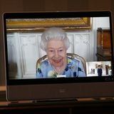 27. April 2021  Queen Elizabeth kann wieder lächeln. Bei ihrem ersten Auftritt nach der Beerdigung von EhemannPrinz Philip begrüßt sie bei einer virtuellen Audienzdie Botschafterin Ivita Burmistre aus Lettland. Und das standesgemäß live aus dem Schloss Windsor.