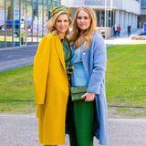 Thronfolgerin Amalia setzt auf eine hellblaue Wickelbluse und eine dunkelgrüne Marlenehose von Natan Couture, dem Hofdesigner von Königin Máxima. Die farblich abgestimmte Clutch hat sie sich von der Mama geliehen.