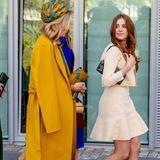 Prinzessin Alexia trägt eine tolle Kombination aus Mini-Dress und Jacke von Maje. Das Wollset in zartem Gelb besticht durch ein Schößchen am Rock. Dazu kombiniert der Teenager filigrane Riemchen-Heels von Zara und eine kleine schwarze Handtasche, die ebenfalls eine Leihgabe von Mama Máxima ist.