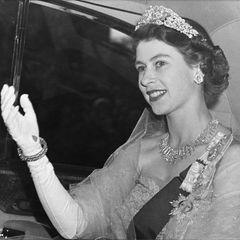 """Das Schmuckstück war einst ein Teil des""""Nizam of Hyderabad""""-Diadem, das Königin Elizabeth vom Prinzen von Nizam und Berar zur Hochzeit mit Prinz Philip geschenktbekommen hat. 1951, beim Staatsbesuch in Norwegen trägt Queen Elizabeth noch das """"Nizam of Hyderabad""""-Diadem, dass nachträglich zu einer Brosche umdesignt wurde."""