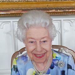 """Es ist der erste öffentliche Auftritt von Queen Elizabeth nach der Trauerfeier von Prinz Philip. Obwohl sie sich die Trauer nicht anmerken lässt, ist ihr Mann noch stark präsent, das sieht man an dem gewählten Schmuck der Monarchin. Die britische Königin trägt ihre """"Nizam of Hyderabad""""-Rosenbrosche, ein Schmuckstück, das eine tiefe Verbindung mit ihrem verstorbenen Mann hat."""