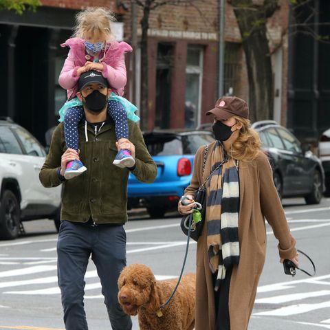 Schauspieler Ryan Reynolds und Ehefrau Blake Lively bringen ihre Tochter gerne selbst zur Schule. Papa Ryan übernimmt diese Aufgabe mit vollem Körpereinsatz und trägt seine Liebste auf seinen starken Schultern. An diesem Morgen ist die fünfköpfige Familienbande zwar nicht komplett, dafür begleitet sie ihrsüßerHund durch die Straßen New Yorks.
