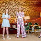 Prinzessin Ariane und Prinzessin Alexia zeigen sich in hellen Kleidern und Sandalen. Während Alexia (rechts) auf schwarze Riemchen-Heels von Zara setzt, wählt ihre jüngere Schwester Ariane beige Wedges von Castañer.
