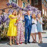 Wegen der Coronapandemie feiert die niederländische Königsfamilie den Königstag 2020 daheim in Den Haag. Vor wunderschöner Blumenkulisse zeigen sich alle fünf gut gelaunt und top gestylt.