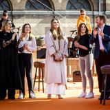 """Anschließend besuchen die niederländischen Royals die Proben zum Konzert von """"The Streamers"""" in Den Haag und applaudieren den Musikern fröhlich zu."""