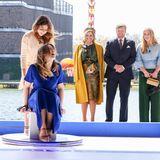 Prinzessin Ariane hat sichtlich Spaß bei einer wildenLuftkissenfahrtauf dem High-Tech-Campus in Eindhoven. Auch die übrigen Familienmitglieder können sich das Lachen nicht verkneifen.