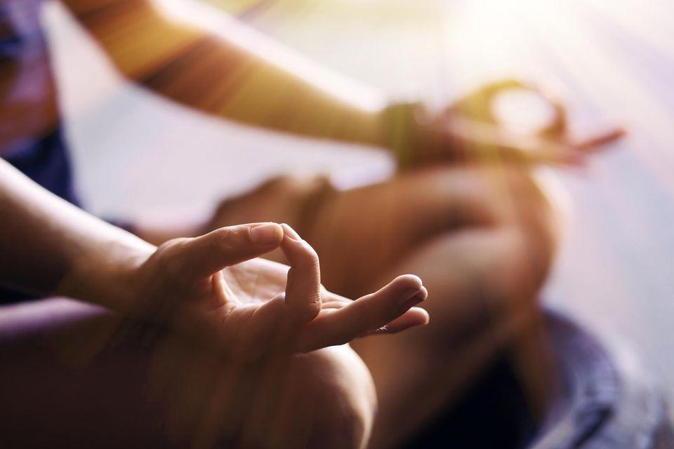 Frau meditiert im Schneidersitz