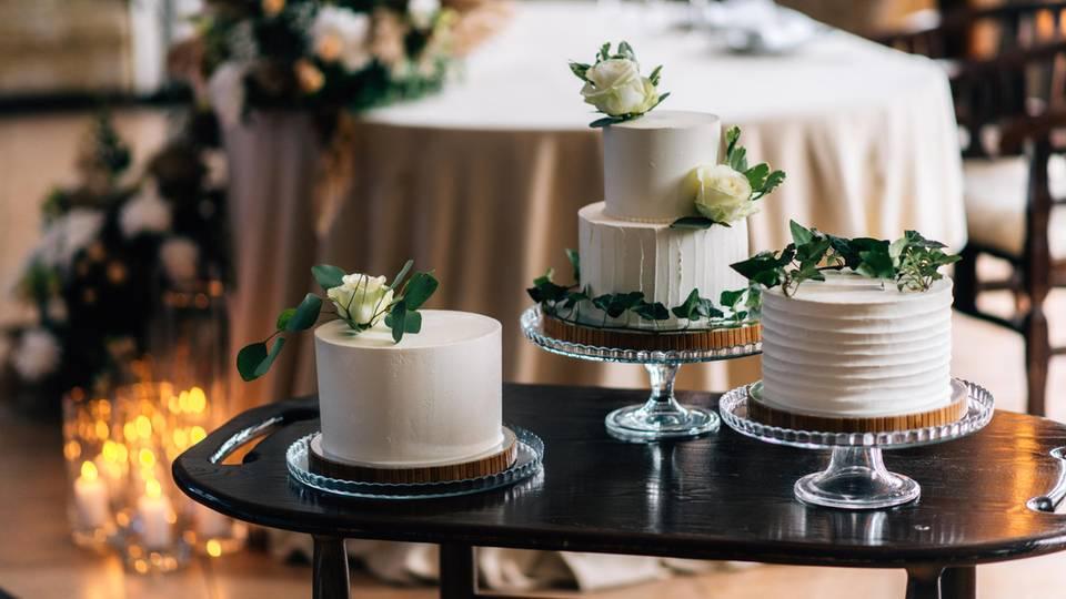 Mehrere ein- und zweistöckige Hochzeitstorten