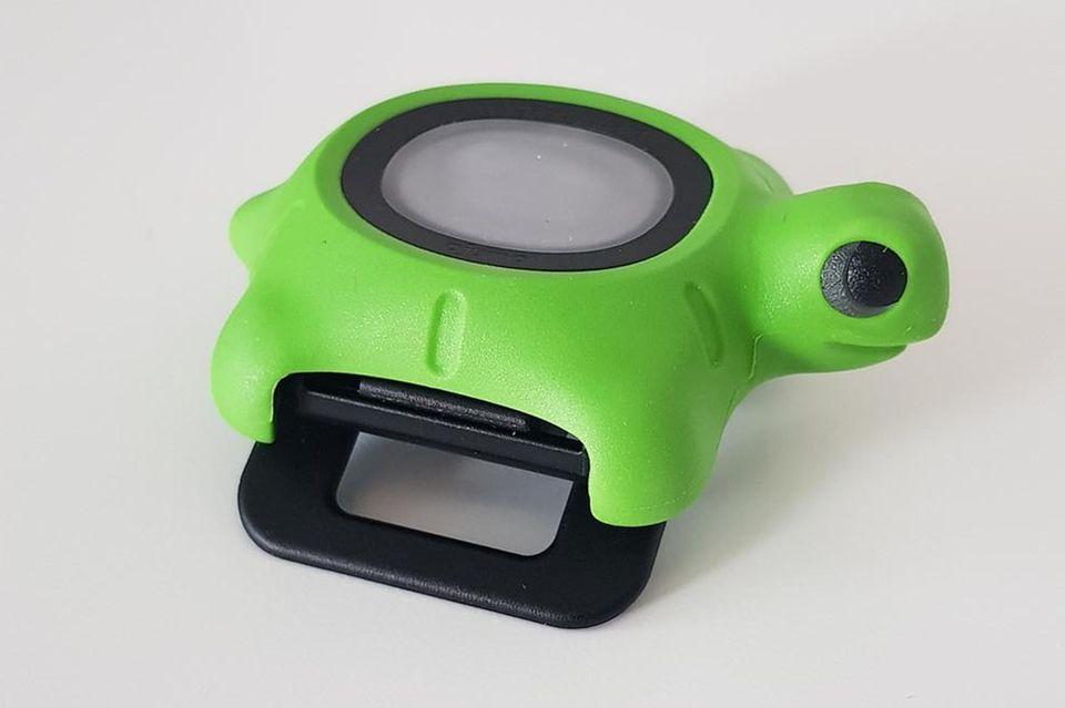 DenUV-Bodyguard gibt es in zwei Varianten: einmal infamilienfreundlicher Schildkröten-Optik und einmal sportlich mit einer schlichten,blauen Hülle.
