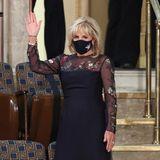"""Jill Biden ist eine wahre Trendsetterin. Bei dem Besuch einer Kongresssitzung im Kapitol in Washington beeindruckt sie alle mit ihrer Outfitwahl. Der Hingucker sind diefloralen Applikationen an Ärmeln und Dekolleté. Das dunkelblaue Kleid der Designerin Gabriela Hearst erntet von allen Seiten Lob, so auch von ihrer Enkelin Naomi Biden: """"Normalerweise vergibt sie die Noten,aber heute Nacht bekommt Dr. B eine 1+"""".Schon am Abend des Einzugs ins Weiße Haus entschied sich die First Ladyund Lehrerin für ein Kleid der Designerin mit Transparenz und floralem Design, dieses allerdings in Weiß."""