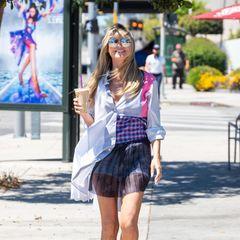 Gestreift, kariert und bunte Farben – Heidis neustes Sommerkleid besticht durch wilden Muster-Mix. Verrückterweise ist das aber nicht das Aufregendste an ihrem Outfit. Das weit geschnittene Blusenkleid ist superkurz und wirkt fast so, als ob der Wind jede Sekunde zu viel von Heidi entblößen könnte. Farblich passend ist auf jeden Fall auch ihre Schuhwahl: Blümchen-Boots in Rosa runden den Look farblich perfekt ab.