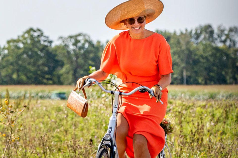 Holländischer als die Holländer: In leuchtendem Oranje-Orange radelt die gebürtige Argentinierin in einem Öko-Park in Zuidoost-Friesland