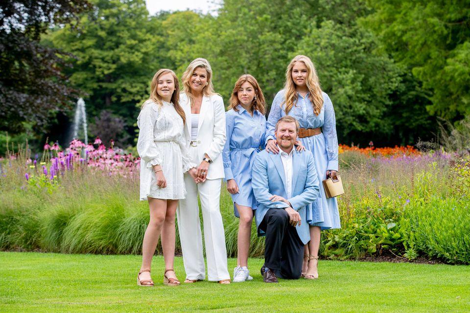 Im Garten von Huis ten Bosch posiert das Königspaar mit seinen Töchtern (v. l.) Ariane, 14, Alexia, 15, und Amalia, 17.