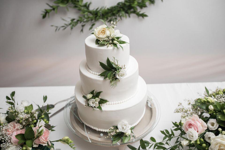 3-stöckige Hochzeitstorte mit Fondant eingedeckt