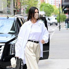 Mit weitem, weißen Hemd und beigefarbener Bundfaltenhose schickt Kendall Jenner einen modischen Gruß an dieAchtziger.
