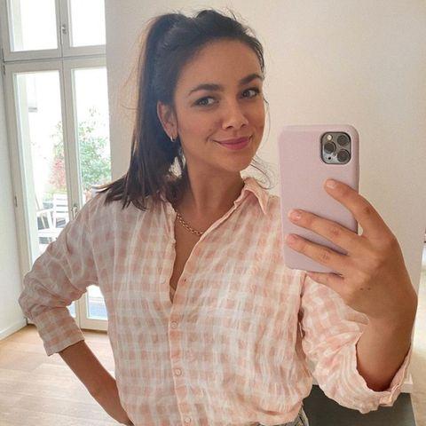Janina Uhse: Hier trägt sie den coolsten Jeans-Trend für 2021