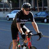 In Santa Monica erwischen Paparazzi Harrison Ford auf seinem Rennrad. Mit seinen fast 80 Jahren und strammen Waden flitzt der Schauspieler durch die Straßen der Stadt. Das Radfahren hält ihn fit und beweglich – beste Voraussetzungen für ein gesundes Leben.