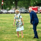 Trotz Termindruck nimmt sich Joe Biden die Zeit für einen privaten Moment mit seiner Jill. Diese schaut erst überrascht über die Schulter, als ihr Mann ihr fröhlich die Blume entgegenstreckt.